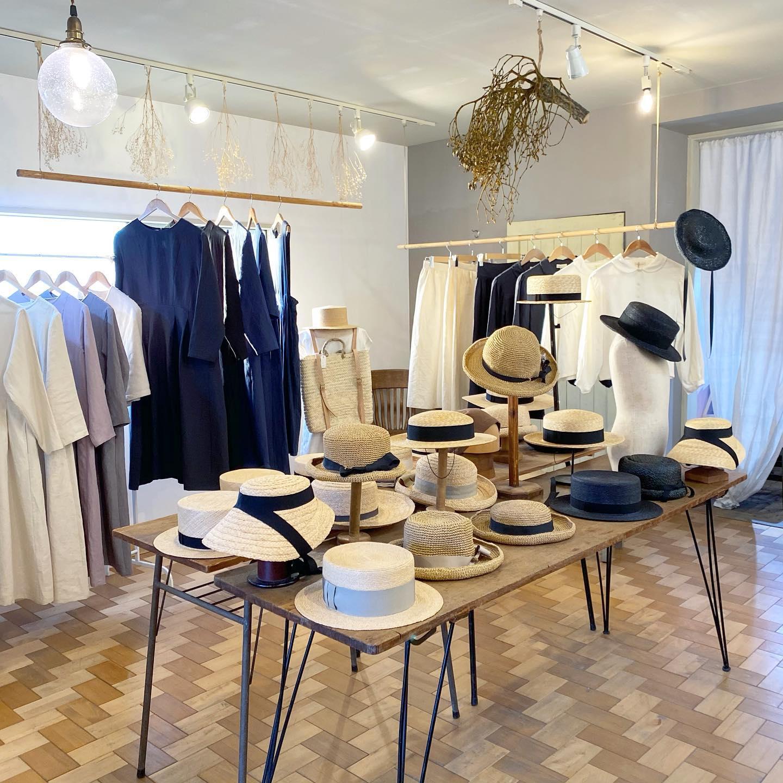 ・2021 S/S 帽子と洋服のオーダー会@kikono_shop @johanna_mieli ・今週19日(金)から始まります・展示会仕様のセッティングや新作や定番おーの帽子もばっちりスタンバイして23日(火)までの5日間皆様をお迎えしたいと思います・・私達もずらりと並んだ帽子や洋服達に心が躍りましたいらしていただくお客様も是非沢山ご試着していただき一緒に楽しみましょう・・ご予約優先ではありますがスタッフも数人いますので予約なしでもご覧いただけますので少しお時間に余裕を見てお気軽にお越しくださいませ・・今回のオーダー会にあわせてNoufuさん @noufu.pain がお菓子とパンをご用意くださいます・19日からお菓子販売、21日はパンの販売もございます(無くなり次第終了となります)・合わせてお楽しみくださいませ詳細などまたお知らせいたします・ご来店お待ちしております・#kikono #johannamieli #noufu #2021ss #オーダー会 #春夏帽子#ボンネット#バオ#ラフィア#カンカン帽 #リネンワンピース