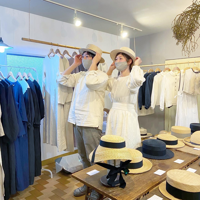 ・オーダー会三日目・本日は上着がいらないくらいのあたたかの中、ご予約いただきお越しくださった皆様と帽子や洋服のお気に入りを一緒に選べたとても幸せな一日でした・お越しくださり本当にありがとうございました・オーダーいただいたお品を心を込めてお作りいたしますねお届けする時が私達も楽しみです!・今日はNoufu @noufu.pain のお二人も睡眠を削ってたくさんのパンをご用意してくださりパンを目指していらしてくださったお客様もとても嬉しそうに手にされていました・パンへの愛情が溢れるNoufuのお二人ご出店いただき本当にありがとうございました・終わりの時間にみんなで帽子試着大会・春には帽子被ってピクニックにでも行きたいな・・今季の新作にはちょこんと被れるトーク帽やつばが狭いコンパクトな帽子も登場しご好評いただいています・是非ご試着いただき軽い被り心地とチャーミングな雰囲気を楽しんでみてくださいね・明日の月曜日も春夏オーダー会皆様のお越しをお待ちしております・・#kikono #johannamieli #noufu