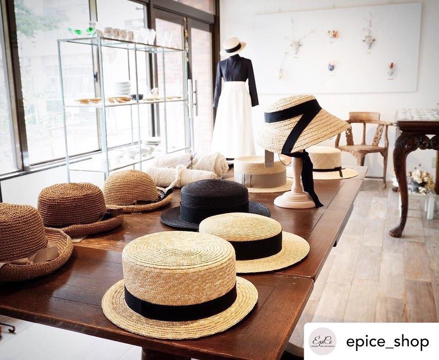 ・お知らせです・この度、ご縁をいただきまして広島のÉpiceさんにて開催の企画展に参加させていただくことになりました@epice_shop ・Atelier Toneさんの繊細で可愛らし陶磁器のブローチとご一緒させていただきます@ateliertone ・KIKONOの帽子はオーダーにて受付させていただきます。今回在廊はできませんがいつか広島に行ってみたいですお近くの皆様、是非KIKONOの帽子をお手に取って見てくださいねAtelier Toneさんのブローチと合わせていただけると嬉しいです・・Épice 企画展「陽だまり」4月3日(土)〜24日(土)広島市中区河原町12-10営業日は月火水土・・Posted @withregram • @epice_shop 予告『陽だまり展』 4/3〜4/24月火水土のみの開催です。︎なので実質13日間!@ateliertone    &@kikono_shop 下川陽子さんと住吉陽子さんがつくりだす『陽だまり』春うららかな4月。Atelier Toneの美しいブローチと暖かな陽射しを、心地よく浴びるためのKIKONO帽子。陽だまりのような心地良い空間をÉpice で🌞帽子は受注会となります。注文後、2週間〜1ヶ月でお手元にお届けできます。帽子の形や色。リボンを白にしようか、黒にしようか、、、楽しんでいただけたらと、思います。感染対策に気をつけて開催していきます。混み合いましたら、お待ちいただく事があります。窓を開けて換気する場合があります。アルコール消毒をしてください。体調が悪い方はご遠慮下さい。#4月だよー#4月3日からだよー#予告#ateliertone #kikono #ブローチ#帽子#麦わら帽子#麦わら帽子コーデ #暮らし#心地よく暮らす#予告#展示会#epice#epiceは河原町公園前です#本日のコーデ #夏服コーデ #春服コーデ #お洒落#20代コーデ #30代ファッション #40代コーデ #50代ファッション#60代ファッション