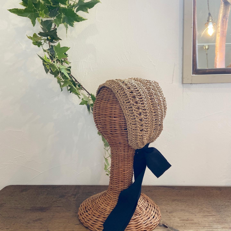 ・明日から足利の @cocofarmwinery で開催される門前マルシェ @monzen_marche ・新緑の葡萄畑が広がる場所でお待ちしています・初夏のコーディネートにぴったりのヘアアクセサリーもこのイベントにあわせて編み上がりましたのでお持ちします・Crochet bonnet・リボンの巻き方でアレンジができる可愛い子・是非会場でご試着してみてくださいね・・#門前マルシェ