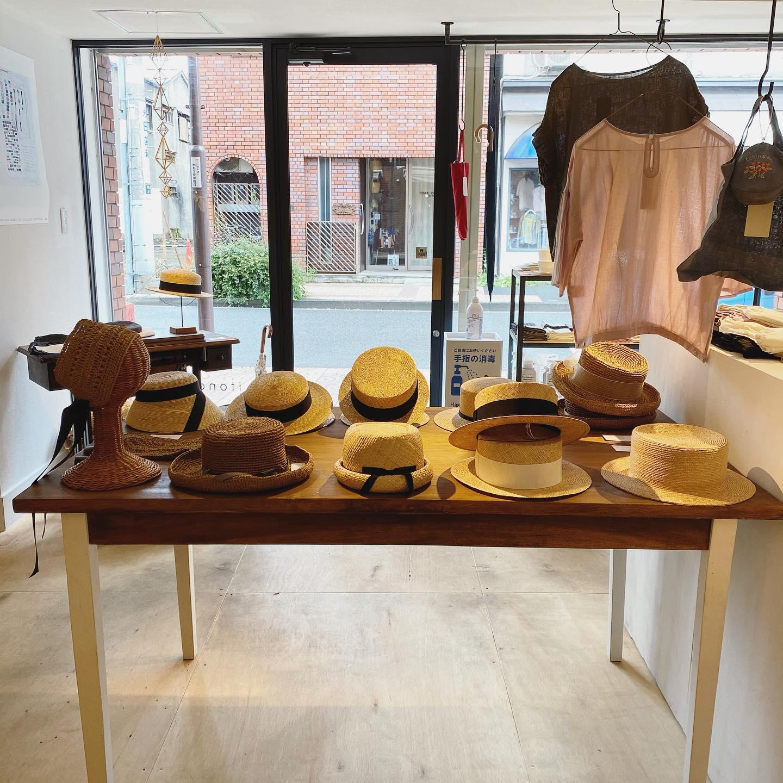 ・itonowa Life さんにて昨日から始まりましたKIKONO帽子展+umezawa miho @store.itonowalife2012 @umezawamiho ・降ったり止んだりのしとしと雨の中足をお運びくださいましたお客様誠ありがとうございました・お客様と帽子のご相談や店主渋谷さんとうめちゃんとのお話ししたりと楽しい一日でした・・麦やバオ、ラフィア素材の人気のデザインのラインナップをお持ちしていますので是非ご試着してみてくださいね・写真には写っていませんが、リネン素材のベレー帽で通年でお使いいただける帽子のサンプルをお持ちしています・こちらは生地サンプルのお色の中からお好みで表生地、裏生地、パイピング部分のお色をお選びいたけます・1か月程でお仕立ていたします・¥9900(税込)・5月26日(水)までの会期です・最終日に在店させていただきます・itonowa Life・台東区松が谷3-7-1第5サニーハイツ@store.itonowalife2012 ・11:00から17:00まで・・