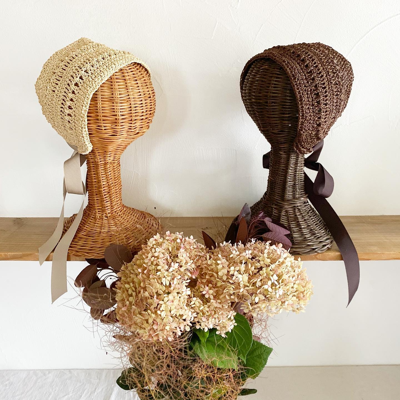 ・ご好評いただき完売していましたCrochet bonnet・追加で製作し、新色の白とチョコレート色も加えて4色できました・・暮縞さん @cla_cima にいただいたお庭のピンクアナベルとスモークツリーのブーケと一緒に写真を撮らせていただきました色味が合ってとっても綺麗!・・まとめ髪のアクセントにすっきりと涼しげに、ショートヘアやボブスタイルにもお似合いです・DMからでもご購入いただけますので是非お待ちしています・・