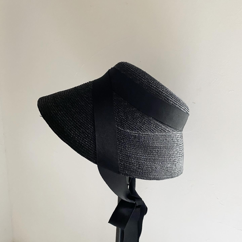 """・本日も暑い中、帽子をお求めにお越しくださいましたお客様ありがとうございました・ただいま店頭には定番から新作までお仕立てあがっています(季節柄お求めの方も多い為、在庫状況は変動します)・・こちらの写真は新作で出来立てほやほやの""""Jane""""ジェーンの素材黒バージョンです・黒のJaneはきりりとシックな印象・同色のリボンも上品に馴染みます・秋頃のクラシックな装いにもいいですね・・""""Jane  black"""" ¥24200(税込)・・明日も11:00から16:30までお待ちしておりますのでご試着などお試しくださいね・・遠方で気になられる方はインスタグラムのDMでもお気軽にどうぞ・・・"""