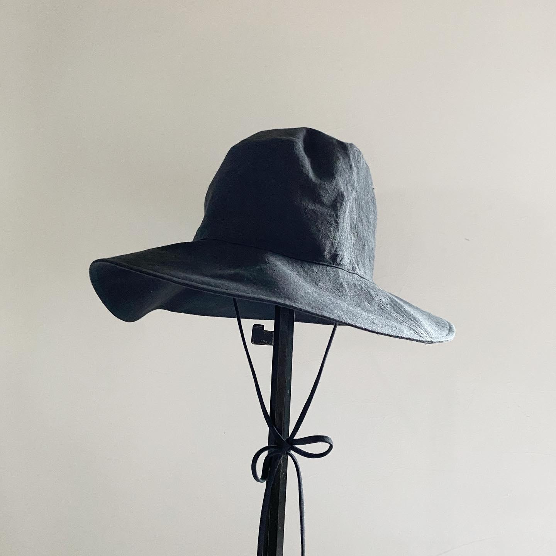 ・こんばんは・少し前のストーリーズで「新作の帽子ができそうです!」とお知らせしたところ、多くのリアクションをいただいていました、ありがとうございました・検討を重ね、出来上がりました リネンの帽子です・「リネンハット」・私達も試作段階からとても気に入っていたのでお披露目ができて嬉しいです・できるだけシンプルなデザインに、洋服と同じなめらかで軽さのある布地を使用しました(表地:リネン 裏地コットン)・Johanna mieli のワンピースなどとのコーディネートにぴったりです・サイドの細いループは風がふく日は顎下か襟足で結んでもよし、そのままたらりとさげてもかわいいです・ワイドブリムで日除けもばっちりと・リネン素材なのでシーズンレスなのも嬉しいポイントです・サイズは56cmと58cmの2サイズ展開・・こちらのお色はチャコールグレー・次の投稿で同じデザインのミントグレーをアップします・その他、ベージュも現在製作中です・・是非店頭でご試着してみてください・・お値段は¥13090(税込)・気になられる方はインスタDMからもお問い合わせやご購入もできます・・・・・
