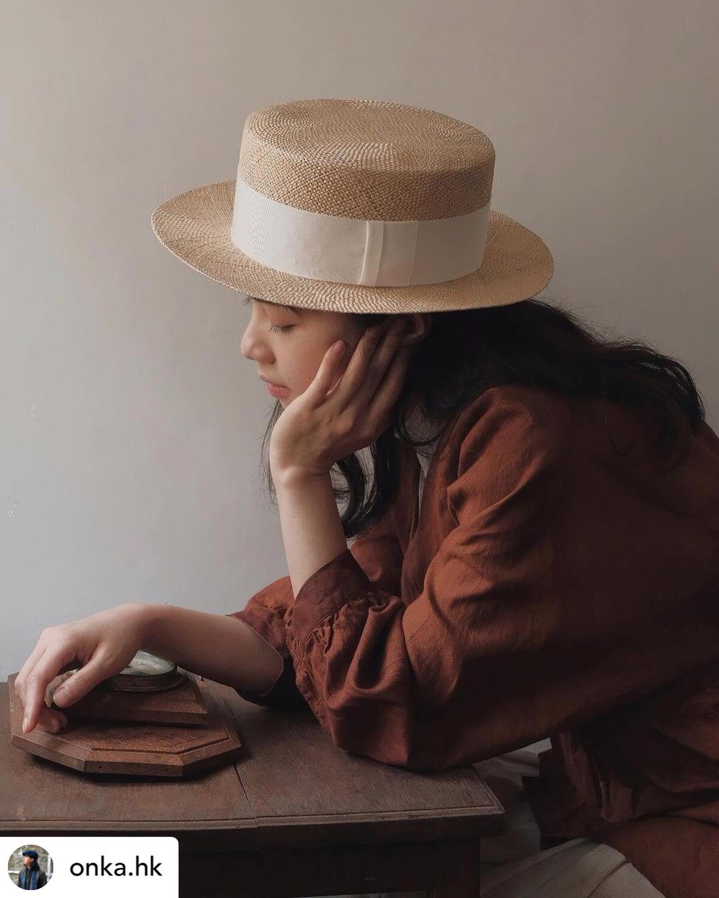 ・香港で帽子のお取り扱いをしていただいている @onka.hk さんがKIKONOの帽子と安加さんの洋服であわせてご紹介くださいました・安加さんの洗練された空気感が伝わる素敵な写真、とても嬉しいです・・Posted @withregram • @onka.hk 莨染盤扣麻外套腰間打摺和手袖泡營造出高腰線比例帽子為日本手織草帽 @kikono_shop @kikono_shop 是由住吉夫婦所主理,KIKONO的設計採用最經典的款式,以一針一針手織出有溫度的帽子。希望藉由專注於此的信念製作出機械難以呈現富有手感的帽子。僅僅配戴著也可以讓整體氛圍有些許變化,這應該就是帽子的魅力所在吧!深水埗基隆街153-155號C2轉入黃竹街 (星期二休息)#洋服 #莨染 #草木染め #杮渋染 #藍染 #草木染め#古道具