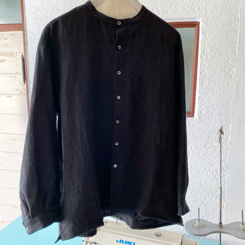 ・メンズシャツできました・noufu @noufu.pain の制服としてお作りしてから好評いただき作り足しては旅立っていく人気のシャツです・・シンプルなデザインながらも細めのスタンドカラーや背中の切り替えとギャザー、両サイドのポケットなどのディティールと上質なリネンの素材感が重なり着ると良さがでるシャツだと思います・・Johanna mieliのお洋服の雰囲気が好きなお客様がご自身のお洋服を選んでプラス旦那様や彼へのプレゼントに選ばれる方も多いです・・おふたりでお出かけの時にお揃いではないけれどテイストが同じ洋服を身につけるとぐっと幸せな感じになりますね・お色はblackとwhite の2色ございます・・サイズはワンサイズでM〜Lサイズ・・お値段は¥17600(税込)です・・現在、KIKONO店頭にてご覧いただけます・・遠方で気になられる方は通販もできますのでお気軽にお問い合わせくださいませ・・