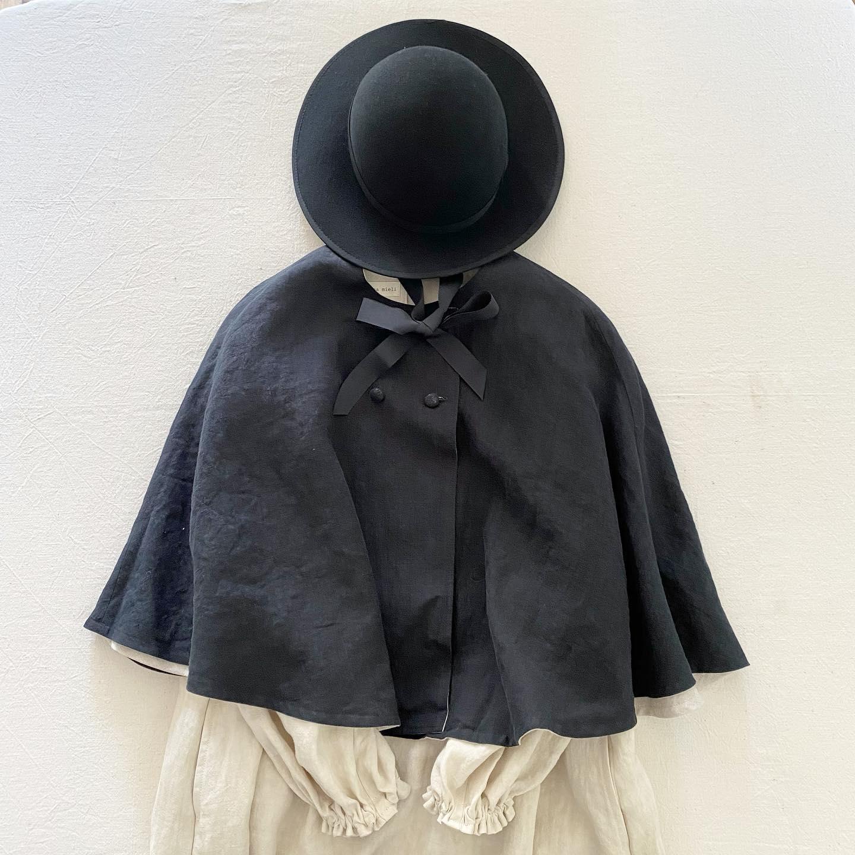 """・秋冬帽子とニットのオーダー会・本日2日目もご来店くださり誠にありがとうございました・・私自身も今季の帽子にどのお洋服をコーディネートしようかとわくわくしています・・丸型クラウン、つば広の""""Mary""""にはベージュのアーミッシュワンピースにリネンケープを合わせてシンプルクラシックに・古い時代のヨーロッパでこんな制服の学校があったらいいななど想像してしまいます・・やさしいベージュの""""Sofia""""にはアビーエプロンワンピースとモヘアショールの同色コーディネート・身に付けるだけで自然と笑顔になる様な軽い帽子の被り心地とモヘアの肌触りです・・KIKONOの帽子は被る方に寄り添い、馴染みやすくお作りしていますのでこの他にも様々な合わせ方ができます・是非皆様にもご自身のお好みのスタイルでお楽しみいただければと思います・・"""