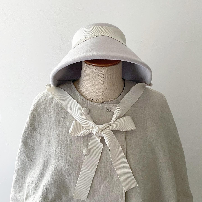"""秋冬帽子とニットのオーダー会・本日もお越しくださいましたお客様誠にありがとうございました・お客様と一緒にお似合いになられる帽子のデザインや色などを見させていただく時間がとても楽しいです・・写真はメリノウール素材のボンネットデザイン""""Jane""""です・リバーシブル仕様のリネンケープとの組み合わせも雰囲気があります・・""""Jane"""" ¥22000(税込)""""リネンケープ ¥22000(税込)・・早いもので明日が最終日・気になられるものを是非ご試着しにいらしてくださいね・・(お問い合わせなどありましたらインスタDMからもどうぞ)・・・"""