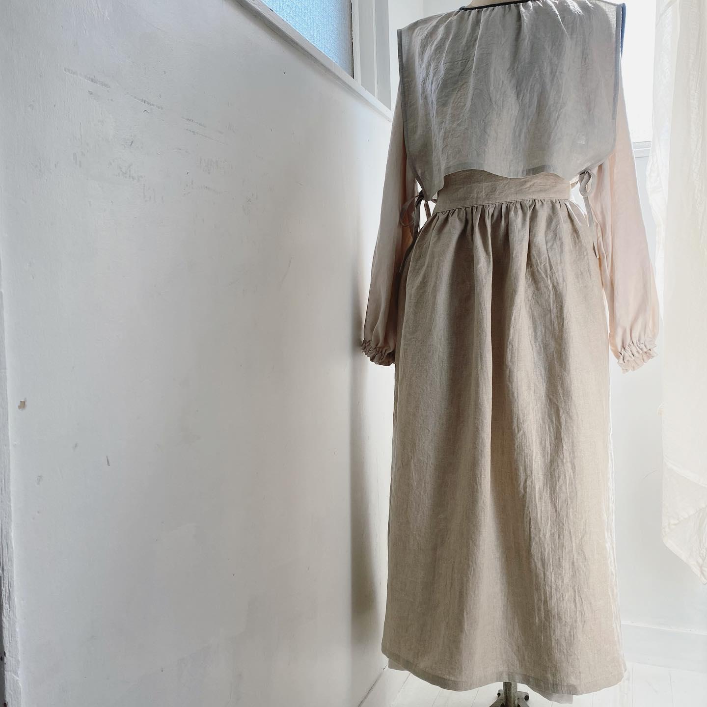 明日、明後日の土日は自由が丘にあるkatakana @katakana_jiyugaoka さんのマルシェスペースにおじゃまします・・今回は洋服と秋冬帽子がたくさんご用意できました・・この会に合わせていつもお問い合わせの多い「後ろ編み上げギャザーエプロン」がお仕立てあがりました・ワンピースに合わせて着用してもかわいいプラスワンのアイテムです・¥13200(税込)・・こちらも人気のリネンベレーの表黒裏チャコールグレーのお色バージョンもできましたのでお持ちいたします・¥9900(税込)・・秋の気持ち良い空気の中皆様のお越しをお待ちしております・・尚、9、10日は川越の店舗はおやすみさせていただきます・・同時に会期中の代々木上原 @store_of_fakevintage にも本日より出店中です・・こちらも是非お待ちしております・・・