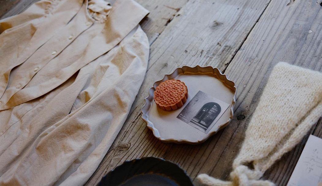 西荻窪にある金木犀茶店 @sweetolive_nishiogi にて展示販売をいたします・・いつもお世話になっている暮縞さん @cla_cima と一六八さん @iroha_taiwan_food とご一緒させていただきます・・是非お待ちしています・以下金木犀茶店さんから引用した説明です・・ 西荻窪 金木犀茶店10月後半のイベント予告です金木犀茶店2周年オープン記念川越スペシャルセレクトショップ10/18-29(10/24、25、26定休日)平日12:00-16:00土曜日11:00-16:00KIKÖNO 秋冬帽子お洋服と小物 @kikono_shop暮縞 新作の陶器@cla_cima一六八 台湾焼き菓子@iroha_taiwan_food10/20-10/22のみ埼玉県の川越で人気の3店舗が新しくなった金木犀茶店に集結するスペシャルな企画です。初日の18日には、KIKÖNOさんと暮縞さんが在廊します。(感染予防とよりゆっくり商品を選んでいただけますよう、状況によって入場を制限させていただく場合がございます。)在廊予定KIKÖNO 10/18,21,22日暮縞 10/18,21,22日会期中の10/20-22日は、金木犀茶店テイクアウトが休みとなり、一六ハさんの台湾焼き菓子を販売します。(一六ハ店主在店)自分へのご褒美、大切な方への贈り物に是非ご利用くださいませ。遠方の皆様、忙しくてご来店が難しい方は、企画後半くらいにウェブでの販売も予定しておりますので、また案内させてください。#西荻窪カフェ #金木犀茶店