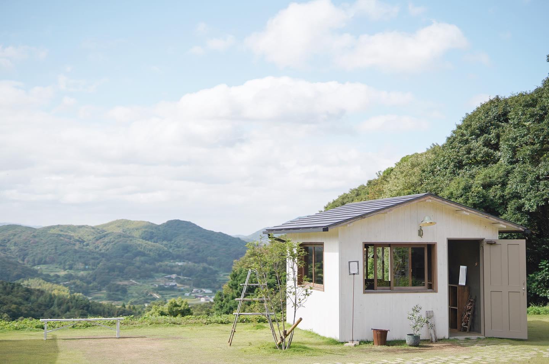 淡路島の小高い山の上そこは清らかな空気が流れ、穏やかな笑顔の人たちが訪れた人たちを丁寧に向かい入れてくれる場所でしたこぞら荘@kozorasou 遠くのこの場所が気になっていました この夏、導かれるようにタイミングよく訪れることができました。素晴らしいロケーション、心のこもった空気感。人を幸せな気持ちにしてくれる、特別な場所いつかこの場所でKIKONOの帽子や衣服たちがある景色を見てみたいという想いを抱いていたところ、素晴らしい巡り合わせとご縁で、それはすぐに実現することとなり、素直にとても嬉しいです。帽子と衣服展KIKONO × Johanna mieli Exhibition10月29日(金) 〜 31日(日)こぞら荘 日々ここにある風景3日間在廊いたします。今回は秋冬の帽子と、この季節にあう衣服をご用意し新作も準備していますので是非ご期待ください。お近くの皆さま、お待ちしております。洗練された宿、雑貨とおやつ、そしてカフェ。素敵なこの場所での企画展、とても楽しみです。淡路島での出店はもちろん初めてで、関西方面も去年の京都に続き2回目となります。こうして遠くの場所にも出かけていき、まだ知らない場所や新しいことに触れることはたくさんの方との出会いや 新しい学びを楽しむことができる素晴らしい経験です。このような機会をいただけることは本当にありがたいことです。出会いが広がるものづくり。共感してくださる方と、時間を共にできること。それができれば本当に嬉しいですこぞら荘の皆さま、どうぞよろしくお願いいたします。#kikono #こぞら荘